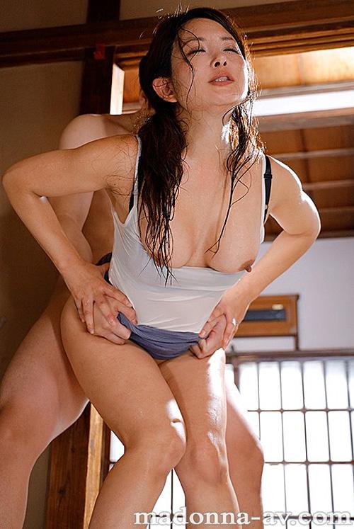 汗ほとばしる人妻の圧倒的な腰振りで、僕は一度も腰を動かさずに中出ししてしまった。 一色桃子 4