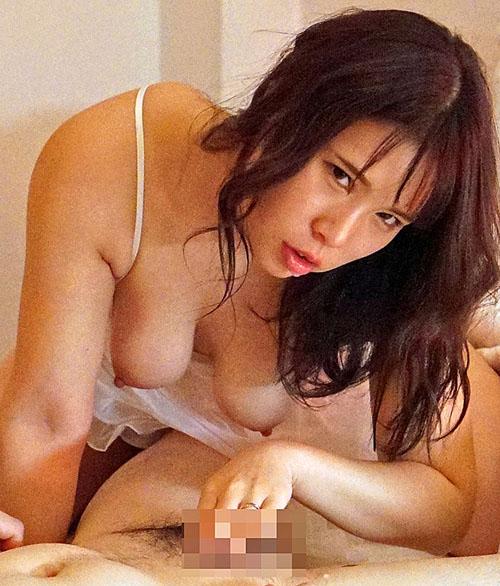 夫とセックスレスで巨乳を持て余した人妻は義父をパンチラや胸チラで誘惑!淫乱痴嫁・愛菜さん 永瀬愛菜 4