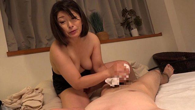 僕に勃起薬を●ませて白いパンティで痴女るお母さん 松沢ゆかり(まつざわゆかり)